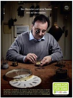 Er arbeitet an einem Tisch als Uhrmacher