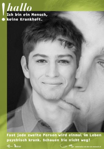 Schwarzweissfotografie ines jungen Mannes lächelnd, überlagert vone inem Foto des selbe Jungen mannes mit bekümmerten gesichtsausdruck. Text: Hallo! ich bin ein Mensch, keine Krankheit.